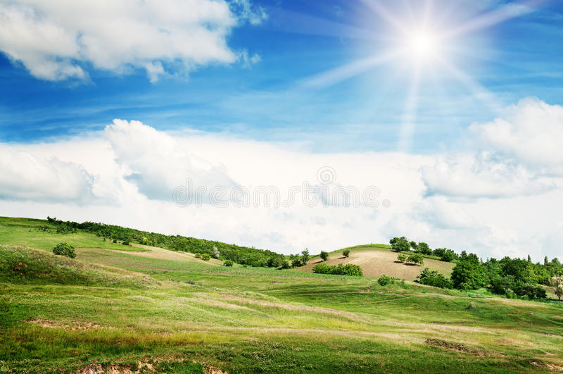 Terreno montanhoso e céu foto de stock