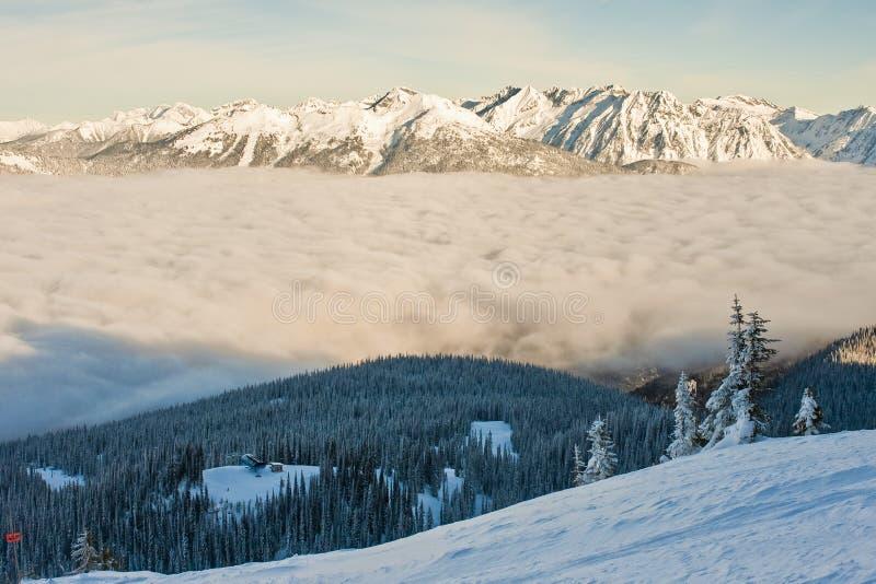 Terreno propenso coberto de neve e da avalancha do inverno fotos de stock royalty free