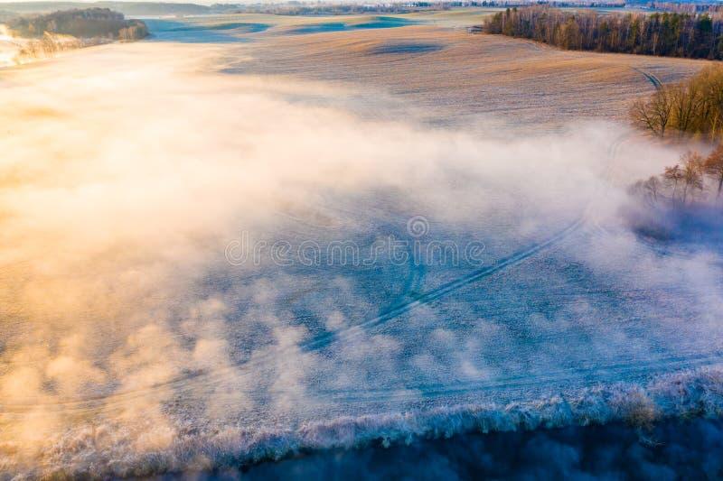 Terres cultivables en brouillard le matin givré au lever de soleil Beau paysage image stock