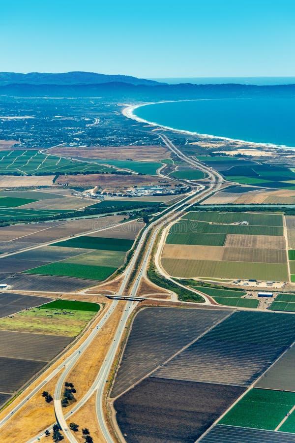 Terres cultivables et autoroute 101 en Californie image libre de droits