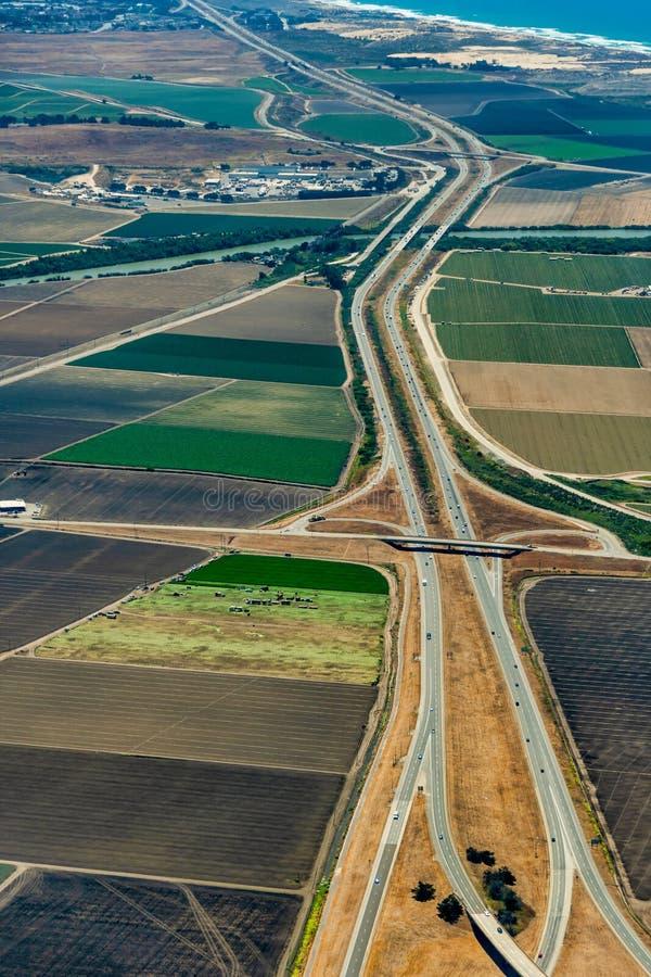 Terres cultivables et autoroute 101 en Californie photos stock