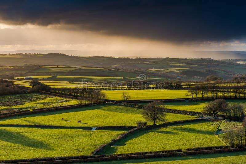 Terres cultivables et coutryside avec le roulement orageux de nuages photo stock