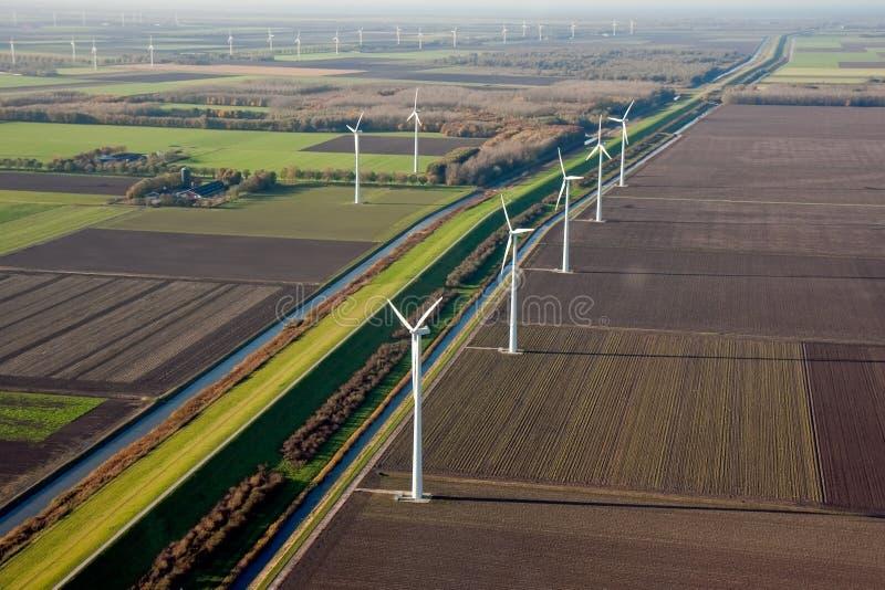 Terres cultivables hollandaises avec des moulins à vent images stock