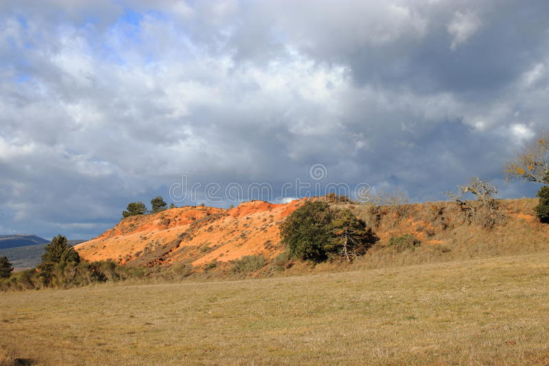Terres ocres rouges ou marne ocre dans Corbieres, France photo stock