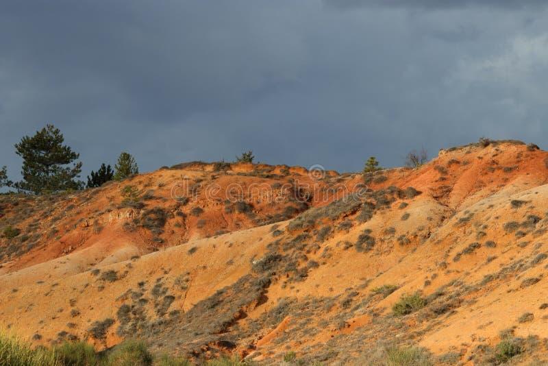 Terres ocres rouges ou marne ocre dans Corbieres, France photos libres de droits