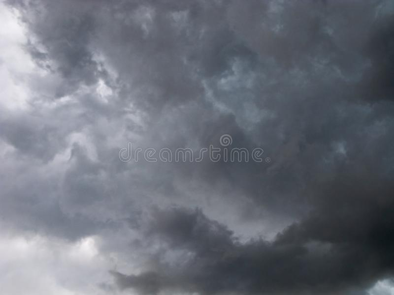 Terrible, nuages de tempête photographie stock libre de droits
