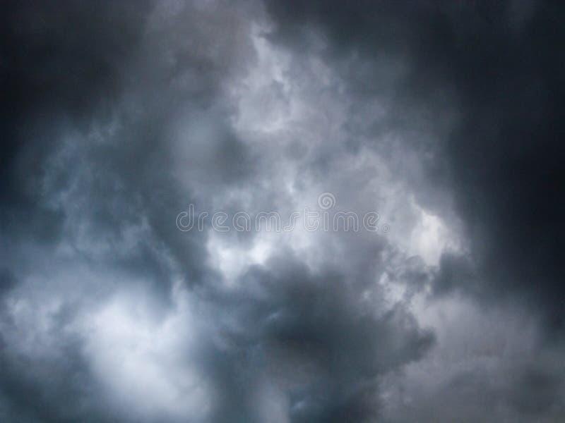 Terrible, nuages de tempête image stock