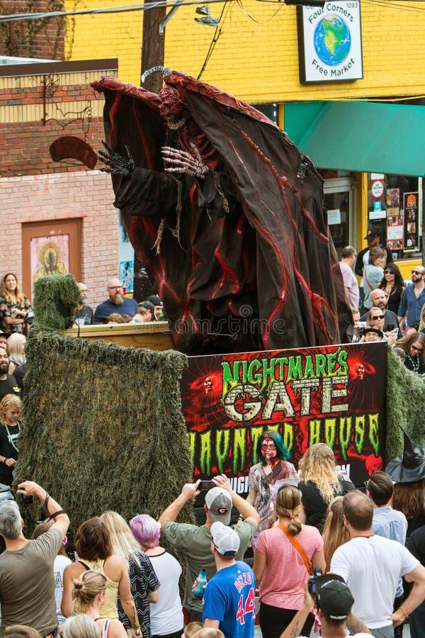 Terrifying изверг поднимает вверх на поплавок парада на параде хеллоуина стоковые изображения rf