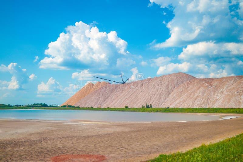 Terrikon of terrikonik - dump, kunstmatige die dijk van afvalrots, tijdens ondergrondse mijnbouw van steenkoolstortingen wordt ge royalty-vrije stock fotografie