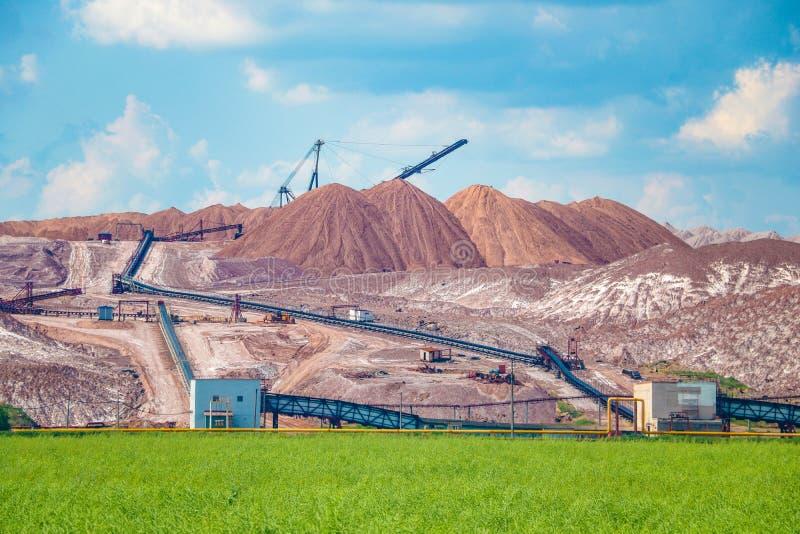 Terrikon of terrikonik - dump, kunstmatige die dijk van afvalrots, tijdens ondergrondse mijnbouw van steenkoolstortingen wordt ge stock afbeeldingen