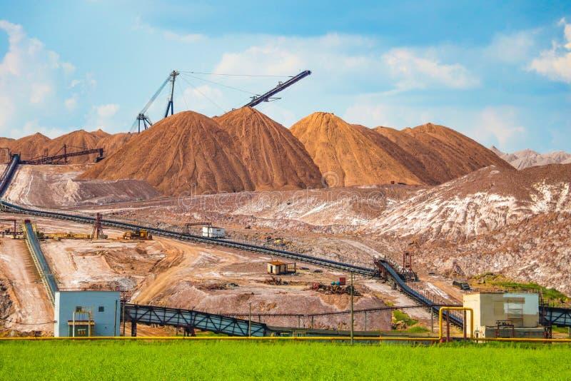 Terrikon of terrikonik - dump, kunstmatige die dijk van afvalrots, tijdens ondergrondse mijnbouw van steenkoolstortingen wordt ge stock foto's