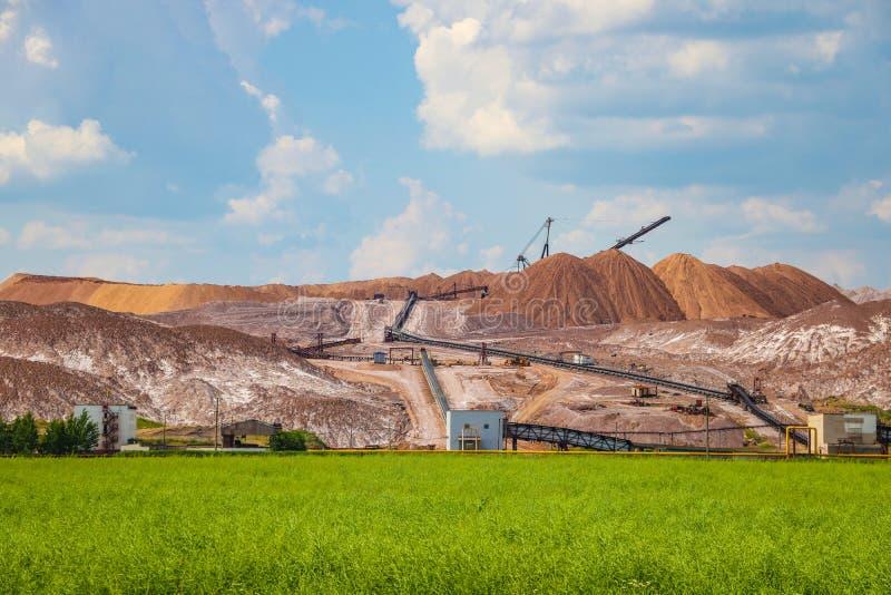 Terrikon of terrikonik - dump, kunstmatige die dijk van afvalrots, tijdens ondergrondse mijnbouw van steenkoolstortingen wordt ge stock afbeelding