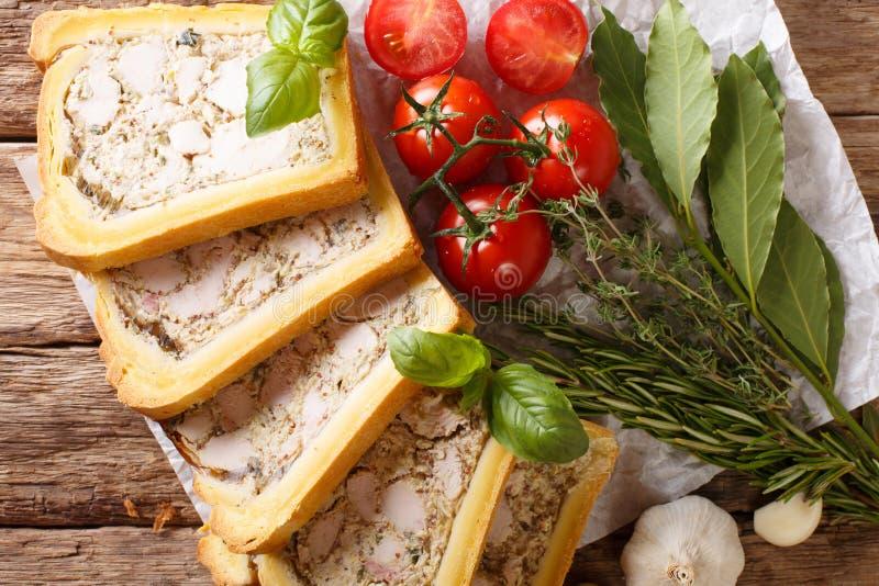 Terrina del pollo in pane affettato in primo piano dei pezzi orizzontale fotografia stock libera da diritti