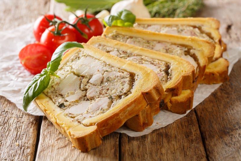 Terrine de poulet en pain coupé en tranches en morceaux en gros plan horizontal photographie stock libre de droits