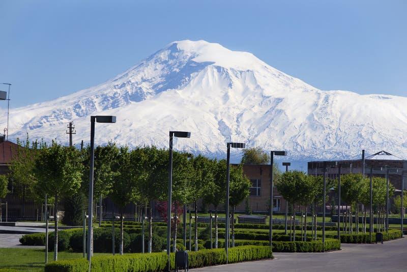 Território da catedral Etchmiadzin, montanha Ararat da vista, Masis no fundo fotografia de stock royalty free
