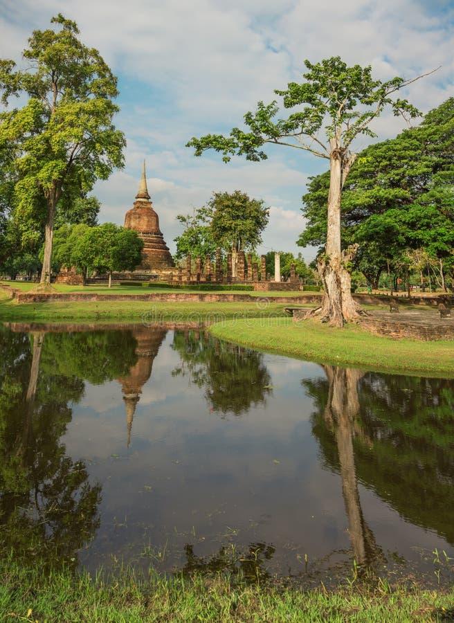 Território e lago do parque com complexo da ruína Tailândia, Sukhothai fotos de stock