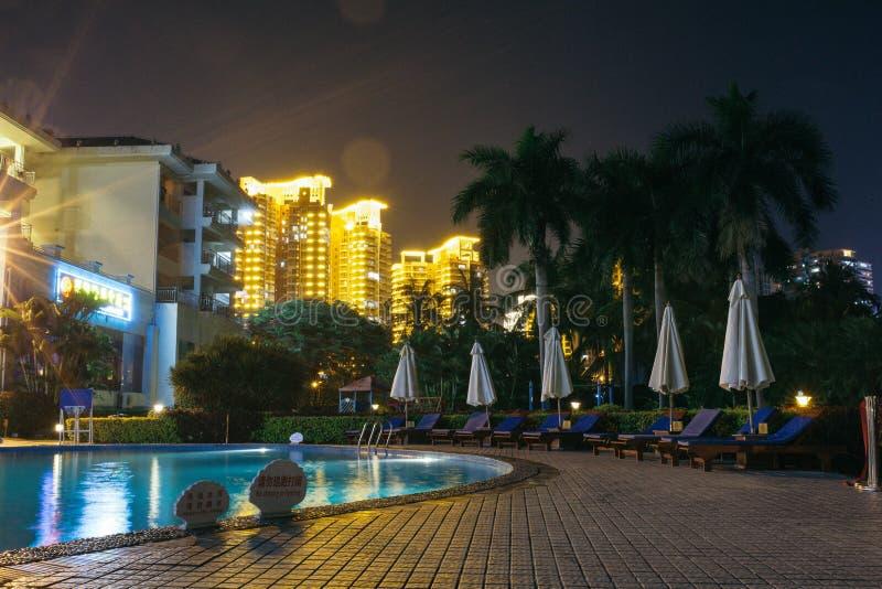 Território e piscina do hotel na noite imagem de stock
