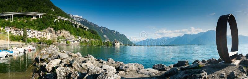 Territet VD/Schweiz - 31 Maj 2019: panoramalandskap av sjöGenève med den Chillon slotten och Territet hamn och skulptur arkivfoto
