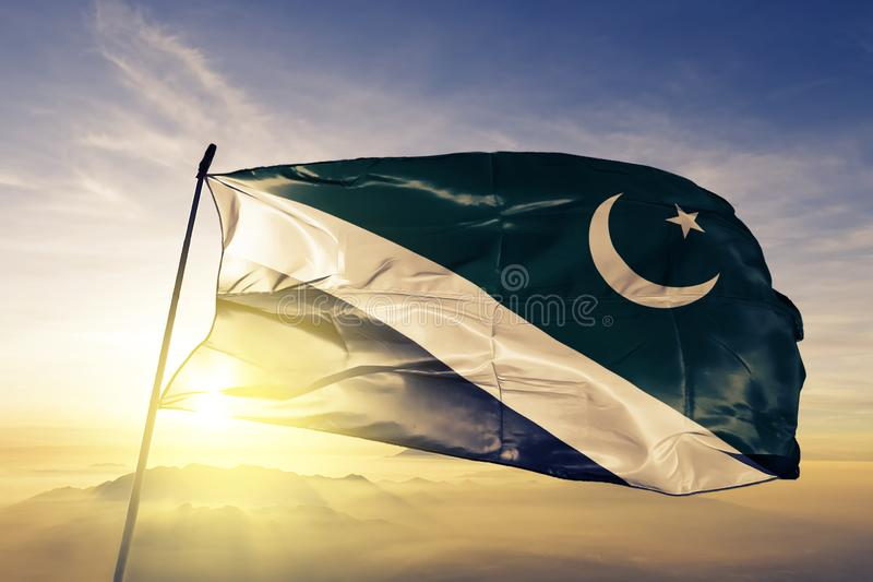 Territoire capital d'Islamabad du tissu de tissu de textile de drapeau du Pakistan ondulant sur le brouillard supérieur de brume  illustration stock