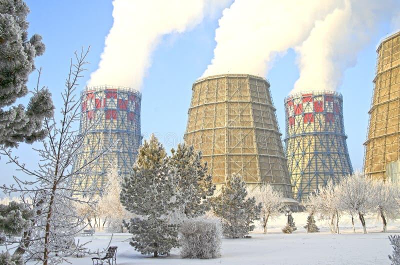 Territoire de centrale de la chaleur et  Réservoirs d'accumulateur Plan rapproché L'hiver Russie image stock