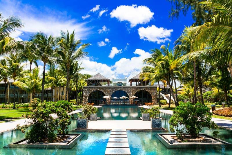 Territoire de luxe de station thermale en île des Îles Maurice avec la piscine magnifique de bain image stock