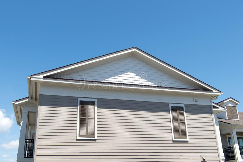 Territoire priv? maison sur le ciel ensoleillé bleu Bagage de nouvelle maison vue de côté de la construction de logements Structu images stock