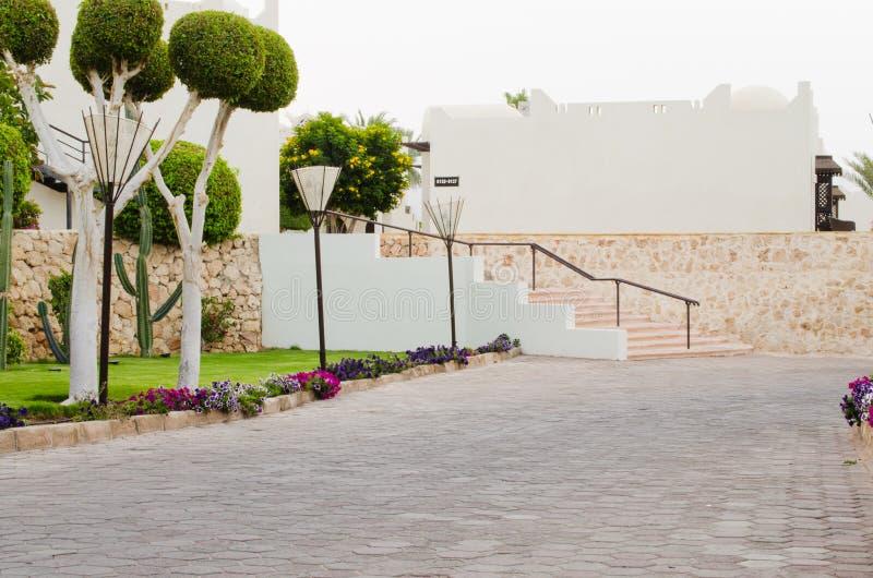 Territorio bien arreglado del parque del hotel de cinco estrellas en Sharm el Sheikh foto de archivo
