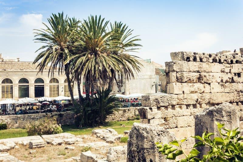 Territorio cerca de ruinas del templo de Apolo en la isla de Ortygia Ortigia, Syracuse, Sicilia, Italia - cuadrado antiguo fotos de archivo libres de regalías