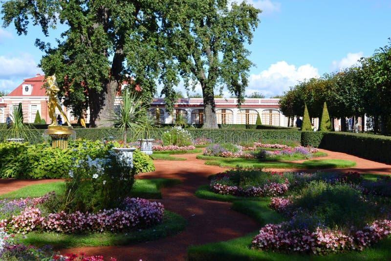 Territorio del conjunto Peterhof del parque en St Petersburg fotos de archivo libres de regalías