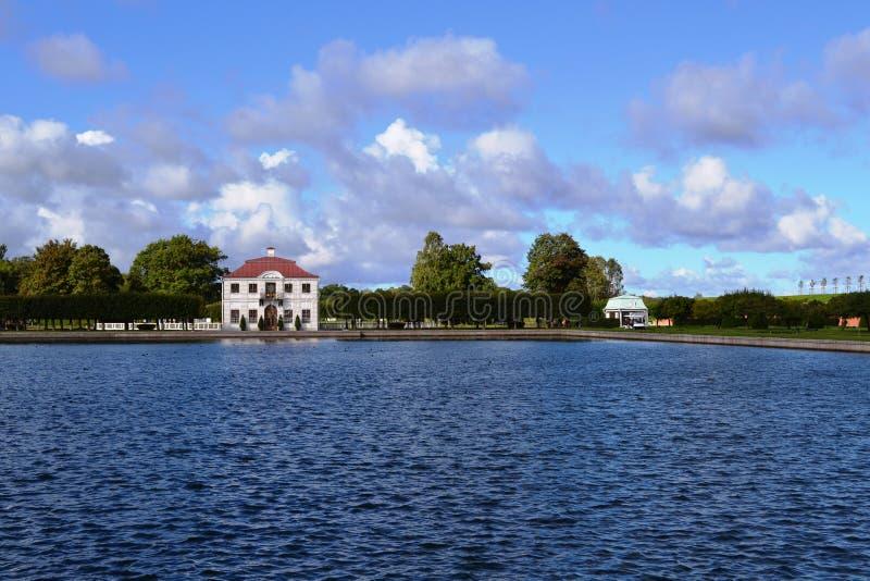 Territorio del conjunto Peterhof del parque en St Petersburg foto de archivo