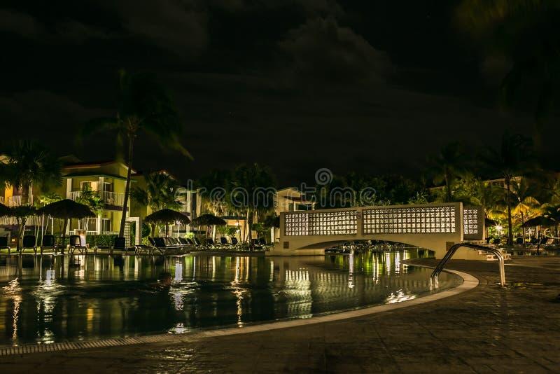 Territorio del ` de Iberostar Tainos del ` del hotel en la noche imagenes de archivo