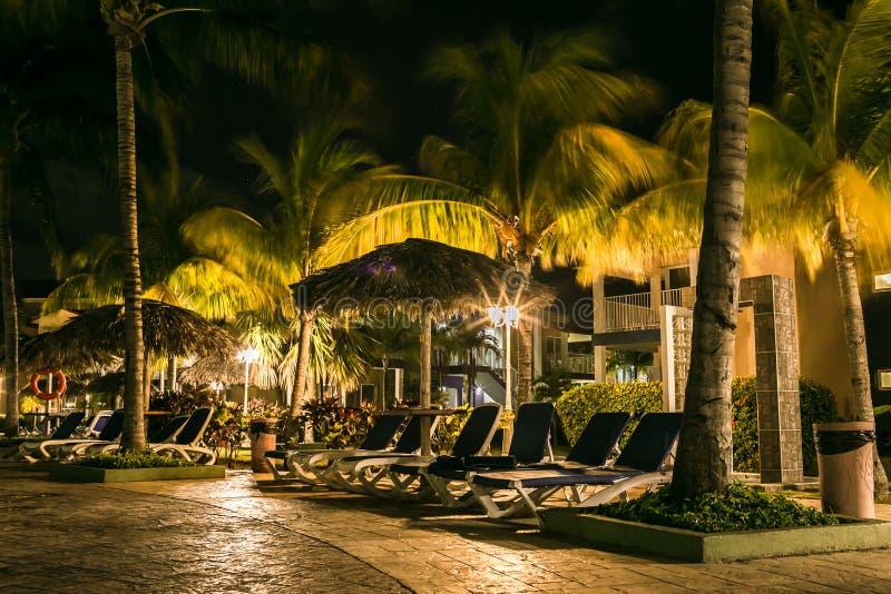 Territorio del ` de Iberostar Tainos del ` del hotel en la noche foto de archivo