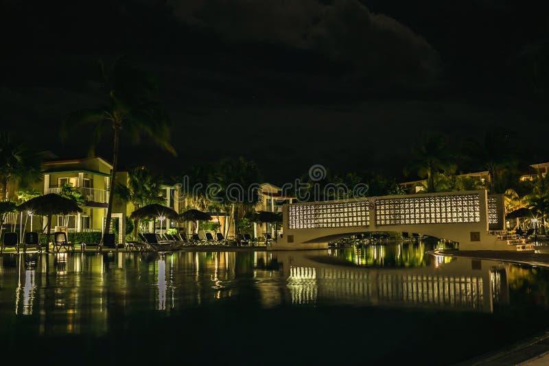 Territorio del ` de Iberostar Tainos del ` del hotel en la noche fotos de archivo