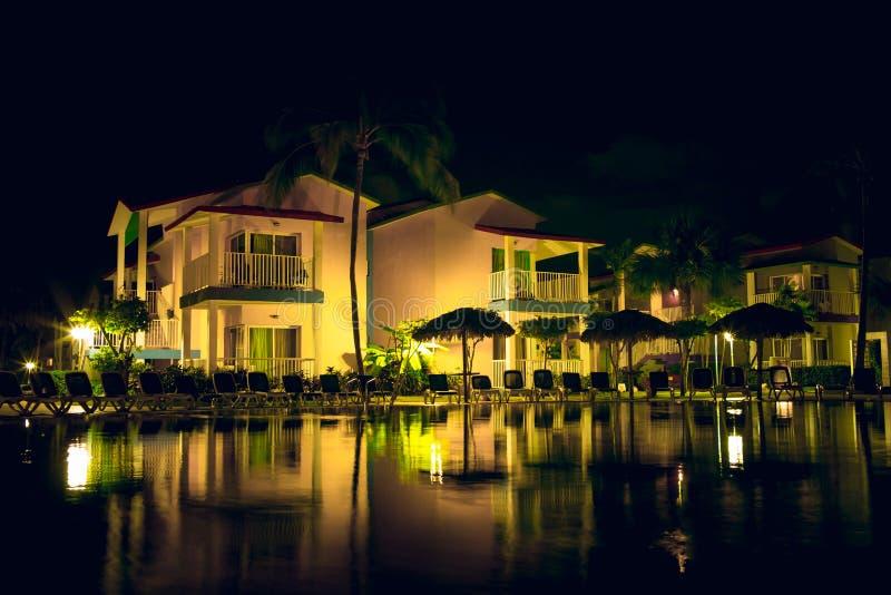 Territorio del ` de Iberostar Tainos del ` del hotel en la noche fotografía de archivo