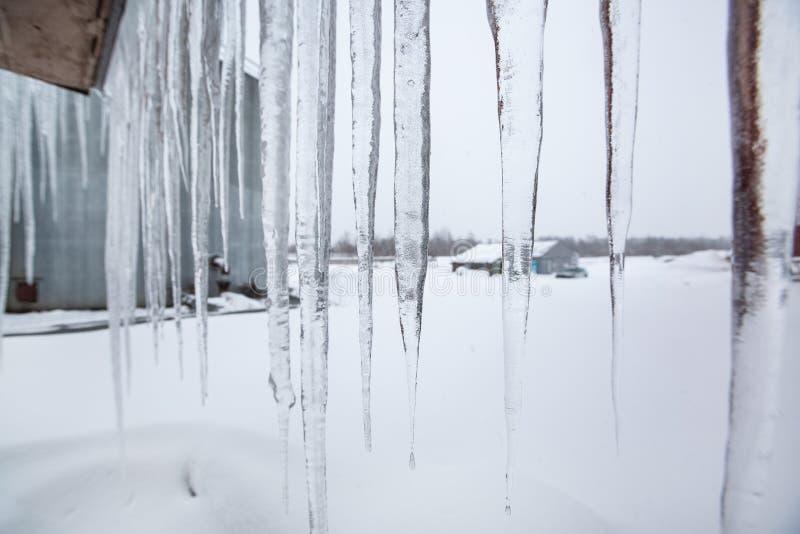 Territorio del riscaldamento centrale e centrale elettrica e ghiaccioli sul tetto fotografie stock libere da diritti