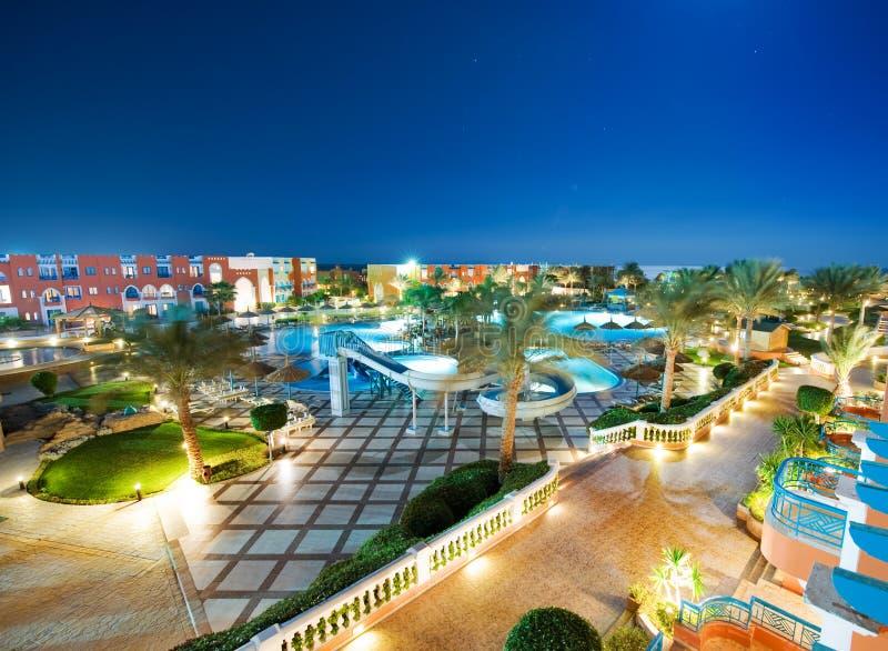 Territorio dell'albergo di lusso alla notte fotografia stock libera da diritti