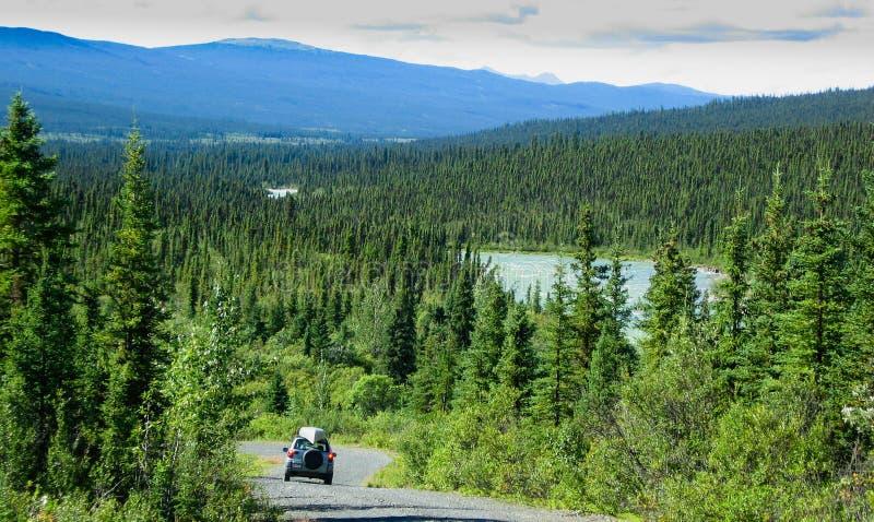 territorium yukon för väg för Kanada canol norr royaltyfri fotografi