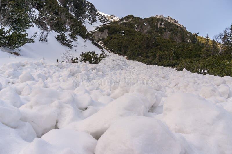 Terrones de la nieve después de la pendiente de la avalancha Altos tatras polonia fotos de archivo libres de regalías
