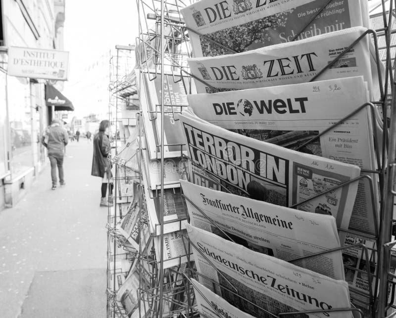 Terror no título do título de Londres no quiosque da imprensa após Londres Atta fotografia de stock royalty free