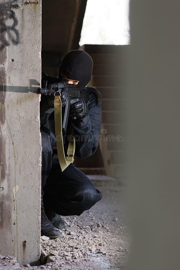 Terrorist, der mit einer Gewehr zielt lizenzfreie stockfotos
