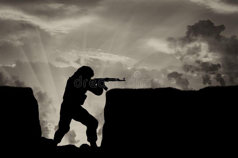 Terrorist med ett vapen i diken mot himmel i rök vektor illustrationer