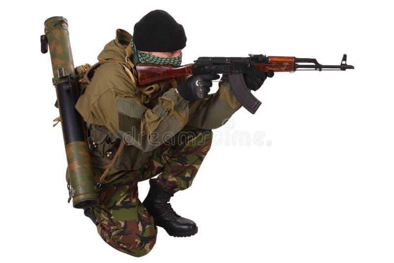 Terrorist med kalashnikovgeväret royaltyfri bild