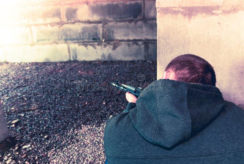 Terrorist met automatisch geweer stock foto's