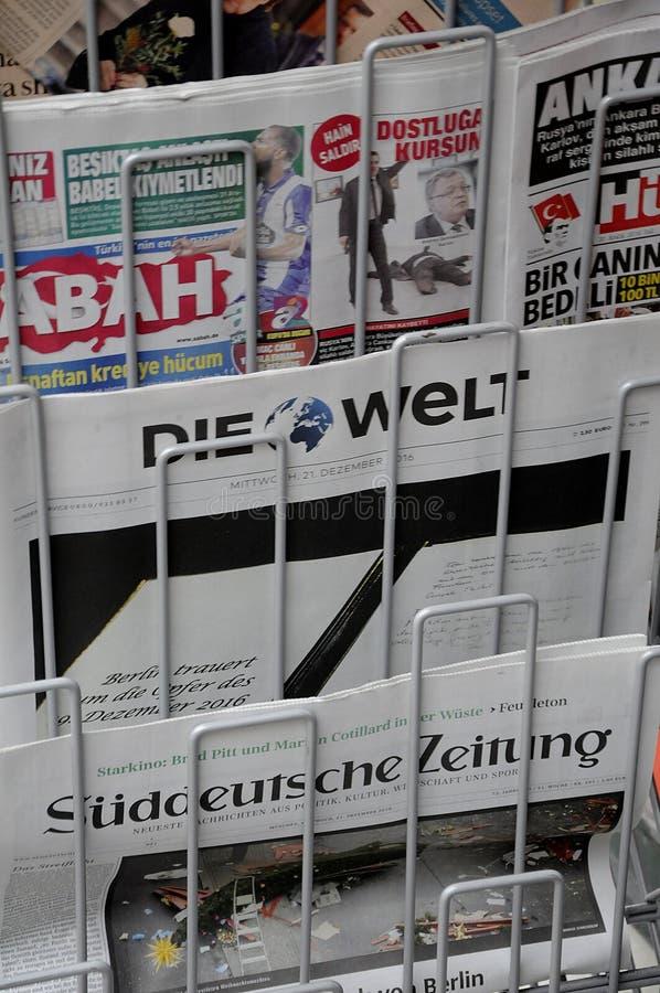 TERRORISTA ATACADO EN PÁGINAS DE CUBIERTA DE BERLÍN imagen de archivo libre de regalías
