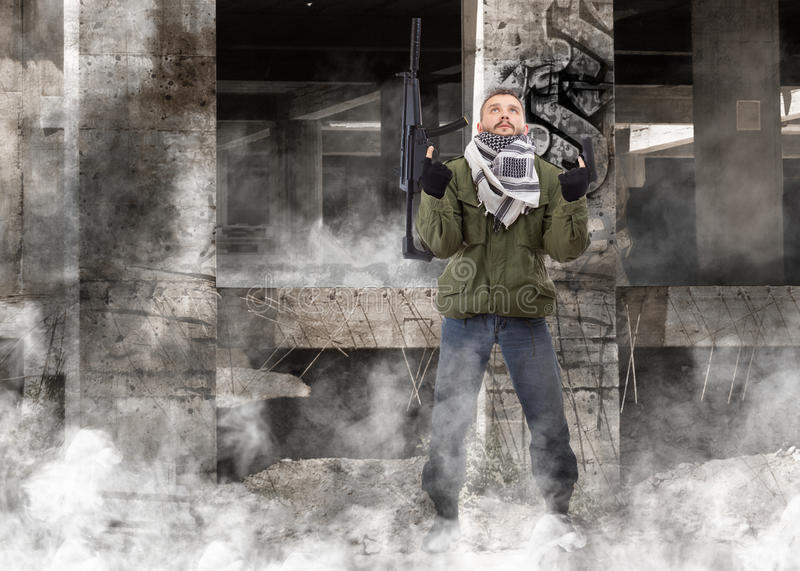 Terrorista com rifle imagem de stock royalty free