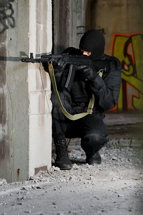 Terrorista no uniforme com rifle de AK-47 fotografia de stock royalty free