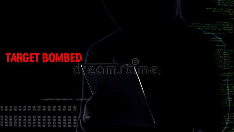 Terrorista que activa remotamente el mecanismo de la explosión de la bomba, ataque terrorista importante imagen de archivo libre de regalías