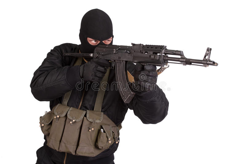 Terroriste dans l'uniforme noir et masque avec la kalachnikov d'isolement photo libre de droits