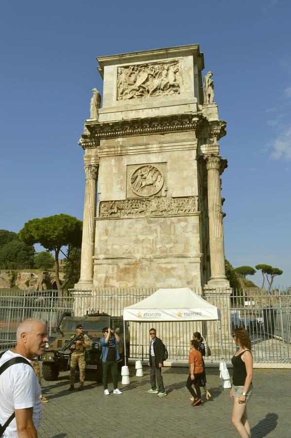 Terroristenbekämpfungssoldat auf Patrouille in Rom-Touristenorten stockfoto