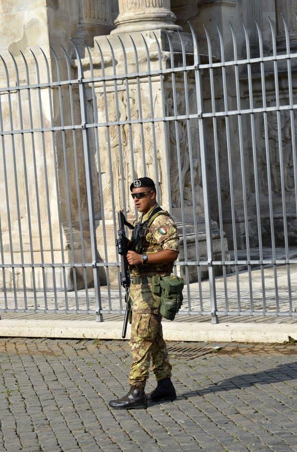 Terroristenbekämpfungssoldat auf Patrouille in Rom-Touristenorten lizenzfreies stockfoto